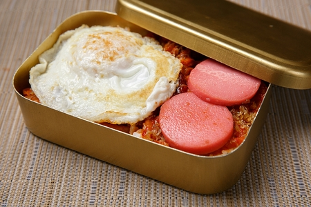 Korean traditional style lunchbox including fried egg, ham, kimchi and seaweed rice Banque d'images