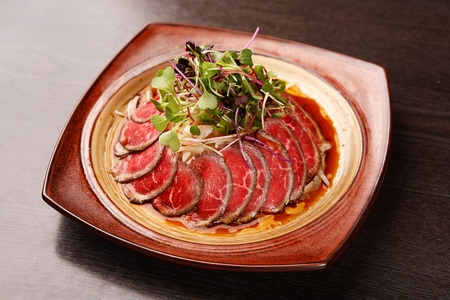 beef sashimi with thinly sliced onion
