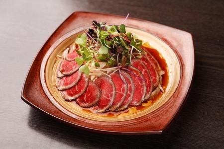 sashimi de boeuf avec oignon émincé Banque d'images