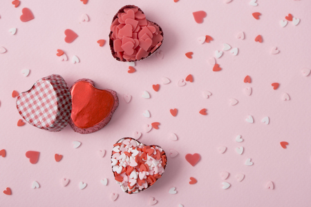 Sweet love, Valentine's day. Heart shaped candy, chocolate, macaroons and rose. Imagens - 122721708