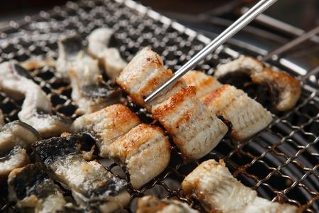 baguettes tenant une anguille grillée Banque d'images