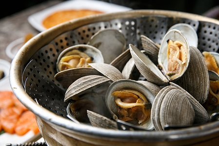 steamed clams on stainless bowl