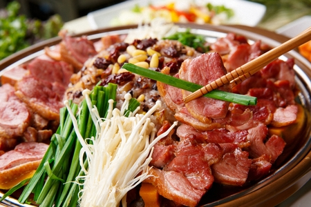 smoked duck in Ttukbaegi, earthen pot, mushroom, chives and nutritious rice