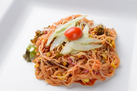Jjolmyeon, spicy chilled noodles with vegetables Imagens