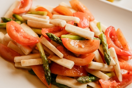 salad with tomato, bamboo shoot and asparagus Imagens