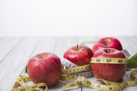 Gesundes und Gewichtsverlustkonzept, Rotes ganzes und halbes Stück