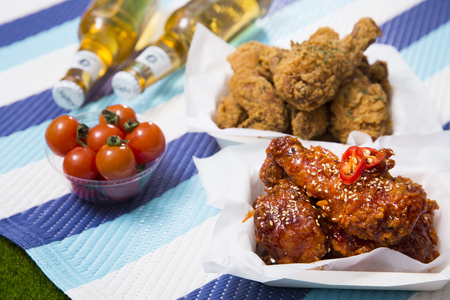 Korean style chicken and beer, delicious fried or spicy sauce chicken with cool beer 028 Stockfoto - 122840529