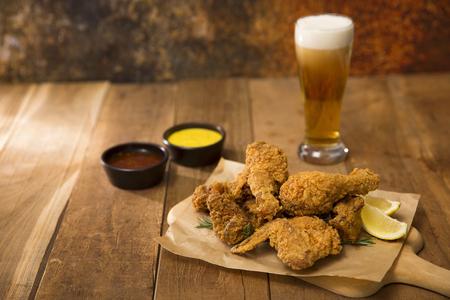 Pollo e birra alla coreana, delizioso pollo in salsa fritta o piccante con birra fresca 063 Archivio Fotografico