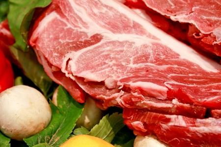 viande de porc crue sur légumes