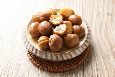 peeled chestnuts on round plate 免版税图像 - 123868244