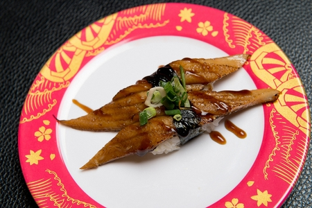 eel sushi with sauce, on round plate Reklamní fotografie