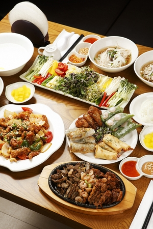 vietnamese food such as cha gio and vietnamese spring rolls, on white plate Banco de Imagens