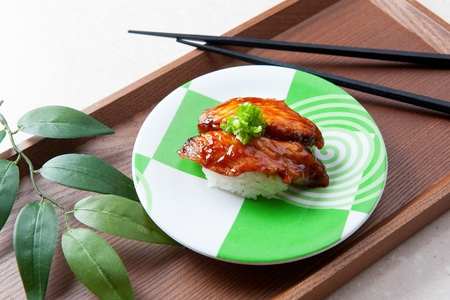 eel sushi on round plate