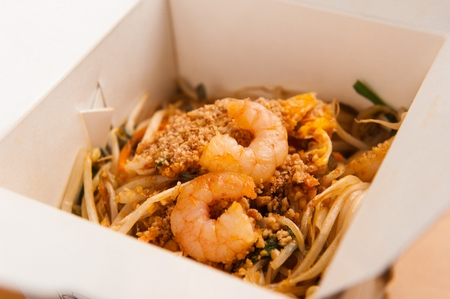 phat tai with ingredients such as carrots, bean sprouts and shrimp