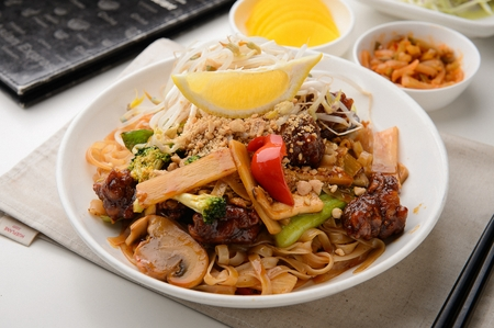 phat tai with mushrooms, paprika, bean sprouts and meat