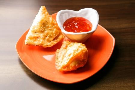 triangular samosa and sauce 免版税图像