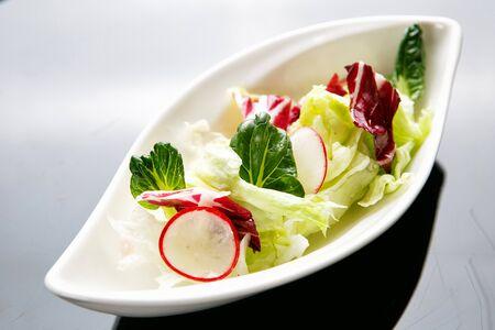 salade met groene spruiten Stockfoto