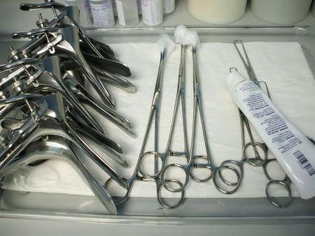 Pila de speculums en una bandeja en oficina del ginecólogo Foto de archivo - 1011023