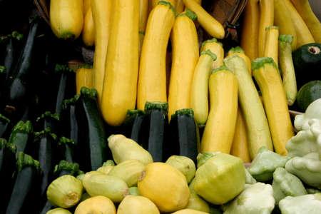 Display of Fresh Organic Summer Squash and Zucchini at Farmer's Market 스톡 콘텐츠