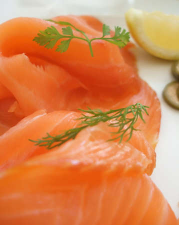 alcaparras: Detalle de desayuno saludable fresca de salmón ahumado  Foto de archivo
