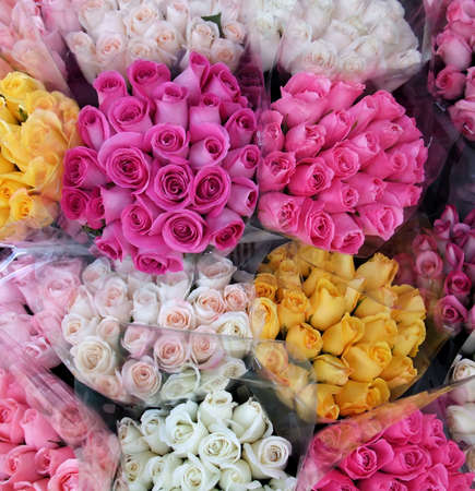 Vibrante variedad de ramos de flores Rosas en la tienda Foto de archivo - 3374189