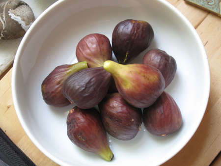 fig tree: Fresh picked summer figs in kitchen bowl