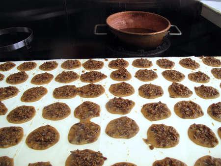 Traditionele Zuid-pecan praline snoepjes gemaakt in koperen pot