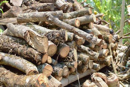 pyre: woodpile put on the wood shelf.