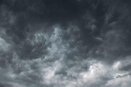 Panorama des gros orages, nuages sombres allant pleuvoir.