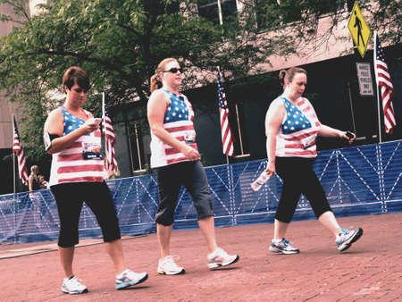 3 patriottische vrouwen lopen voor het goede doel.