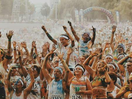 atleta: Los corredores y caminantes cubiertas de polvo de color celebran completar carrera de caridad. Foto de archivo