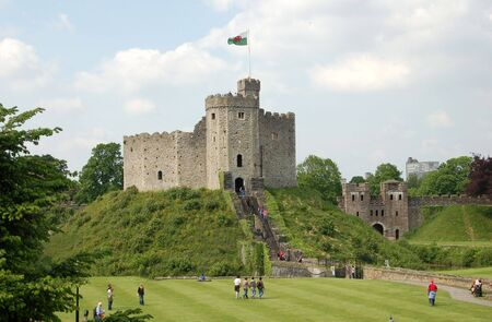 welsh flag: Cardiff Castle in estate con i turisti in erba Archivio Fotografico