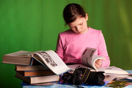 selects: fotografo ragazza sceglie di stampa foto pronte per una rivista
