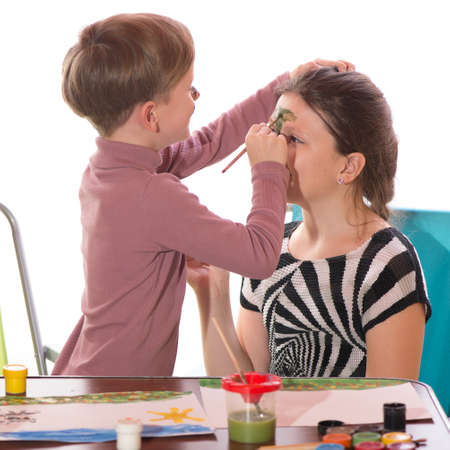 caritas pintadas: un ni�o y una ni�a que se divierten pintura pintura de la cara