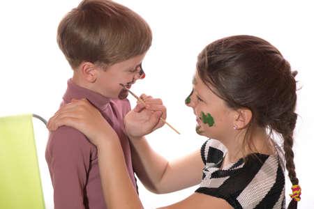 maquillaje infantil: un niño y una niña que se divierten pintura pintura de la cara