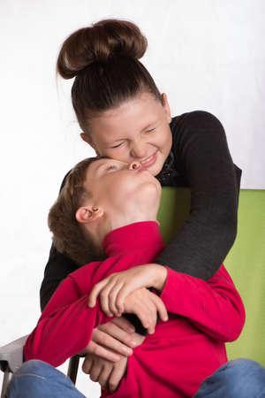 nene y nena: La ni�a que abarca el ni�o y una vista en sus ojos.