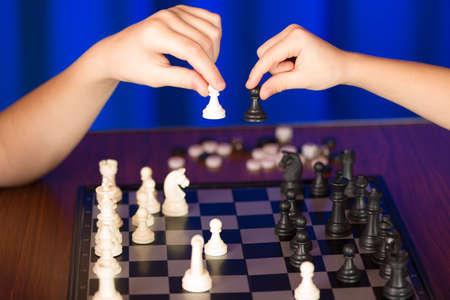 ajedrez: Los ni�os pasan una partida de ajedrez.