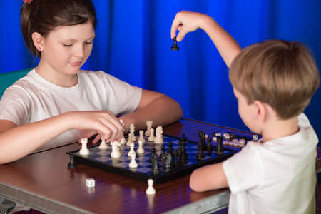 shootout: Children spend a game of chess . Proceeds blitz chess tournament in the palace .