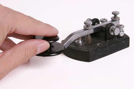 Morse-Code-Schlüssel mit der Hand am Regler. Standard-Bild - 271516