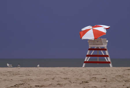 Lifeguard Turm am Strand mit Möwen Standard-Bild - 271496