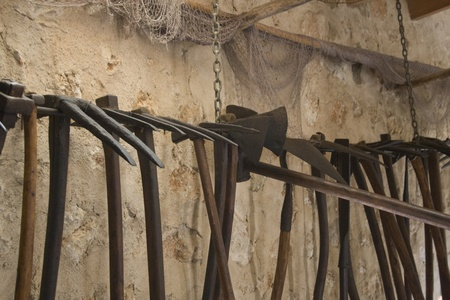 古い木製の採掘ピック、壁に掛かっています。 写真素材