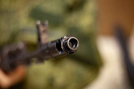 Der Lauf eines Sturmgewehrs. Die Waffe in den Händen. Schusswaffen im Kampfzustand. Sturmgewehr. Ausbildung von Soldaten. Militärische Themen. Für Liebhaber der militärischen Ausbildung. Verteidigung der Heimat.
