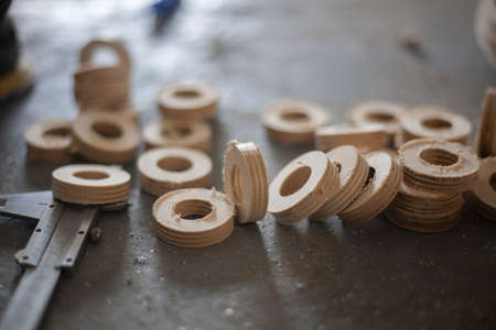 Wooden circles. Blanks for threading the cord through wooden rings. Products on a cutting plotter. Made of chipboard. Foto de archivo - 150128774
