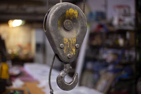 Cargo hook hanging on the ropes. Lift for goods. Detail at the factory. 免版税图像