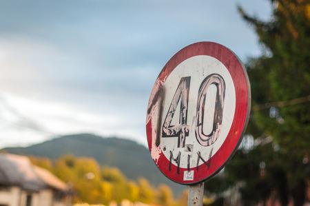Panneau routier vandalisé - peut également symboliser l'excès de vitesse Banque d'images