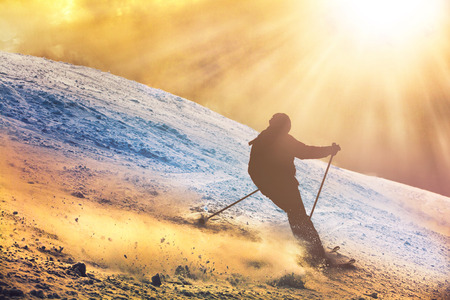 Skier silhouette sunset ride in the mountains Stockfoto
