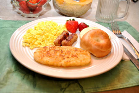 papas doradas: Sunday Brunch con huevos, croquetas de patata, Bagel, Strawberries and Sausage