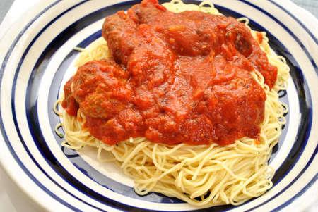 angel hair: Pasta cabello de �ngel con alb�ndigas y salsa de tomate