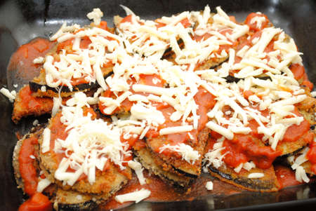 Close-Up of Eggplant Parmesan in a Black Baking Pan Imagens