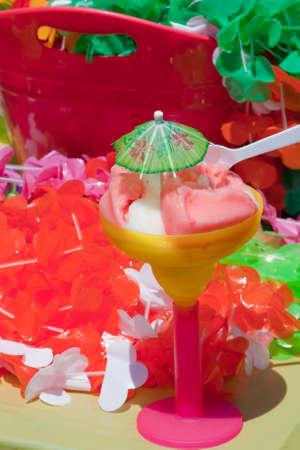 leis: Dolce estate freddo gelido bere in un bicchiere con un cucchiaio e un piccolo ombrello